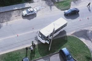 В Клинцах на улице Мира велосипедист попал под автобус