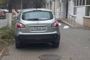 В Брянске автохам на иномарке перегородил тротуар на улице Горького