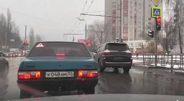 Видео с проехавшим в Брянске на красный свет Land Cruiser вызвало гнев автолюбителей