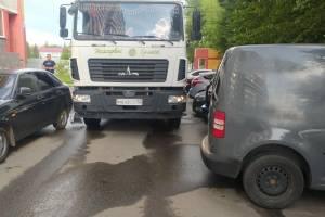 В Брянске на Спартаковской неделю не вывозился мусор из-за автохамов
