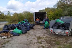 В Брянске на берегу Орлика собрали несколько десятков мешков мусора