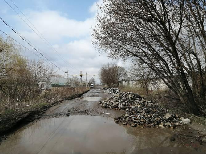 В Брянске на убитую дорогу к гаражам вывалили гигантскую кучу кирпичей