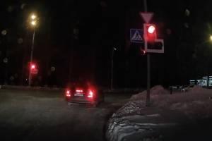 Mercedes выехал под красный на светофоре от ТРЦ «Аэропарк» в Брянске