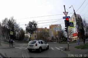 В Брянске сняли на видео лихой проезд на красный