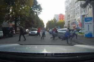 В Брянске на Ромашина дети на самокатах едва не угодили под машину