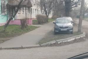 В Брянске на улице Вяземского захватили автохамы захватили газон