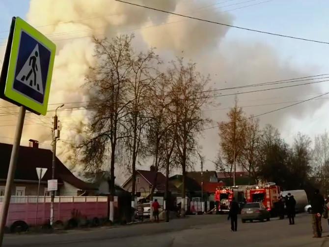 В Брянске сняли на видео горящий автосервис