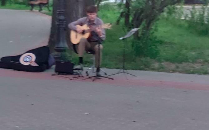 На оживших улицах Брянска появились музыканты