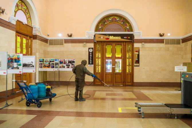 Брянские вокзалы и поезда начали дезинфицировать ежедневно