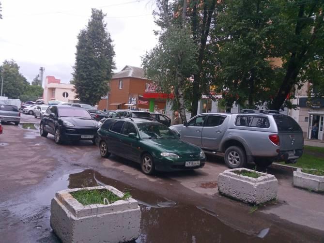 В Брянске возле Бежицкого рынка мастера парковки заперли три машины
