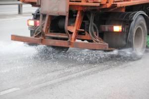На федеральные дороги Брянской области высыпали почти 400 тонн песка