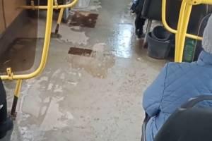 В брянском автобусе №7 сняли на видео бьющий из пола фонтан
