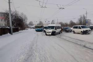 В Брянске для вызволения транспорта из снежного плена понадобилась людская сила