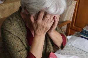 В Клинцах «соцработница» подменила пенсионерке золотые серьги на бижутерию