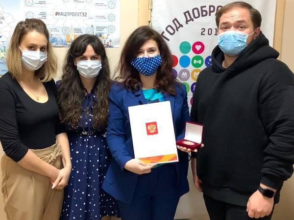 Брянского волонтера наградили медалью президента Путина