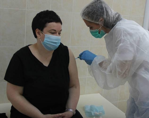 Брянские медики поставили первые прививки от COVID-19