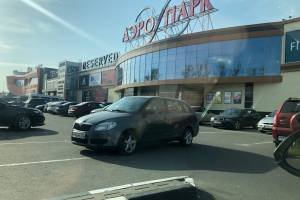 В Брянске автохам перегородил проезд возле ТРЦ «Аэропарк»