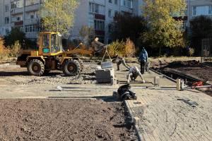 В Брянске начали укладку тротуарной плитки в сквере Рекункова