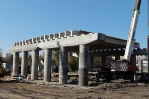 В Брянске на новом мосту на Набережной установили 15 балок