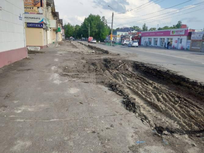 В Брянске укладчикам плитки по улице Димитрова помешали пешеходы
