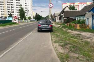 В Брянске автохам на BMW припарковался на тротуаре