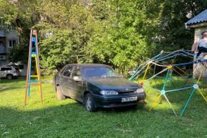 В Брянске автохам припарковался на детской площадке