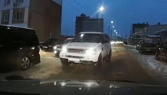 В Брянске водитель внедорожника устроил аварийную ситуацию на встречке
