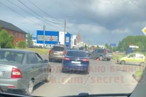 В Брянске на Новостройке образовалась пробка из-за ДТП возле Ледового дворца