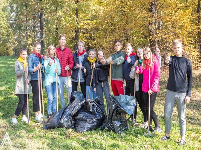 В Брянске волонтеры школы №53 очистили от мусора парк