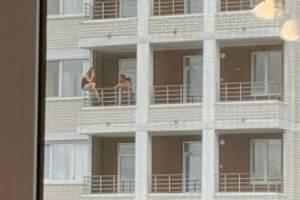 Брянцы устроили опасные посиделки на балконе многоэтажки