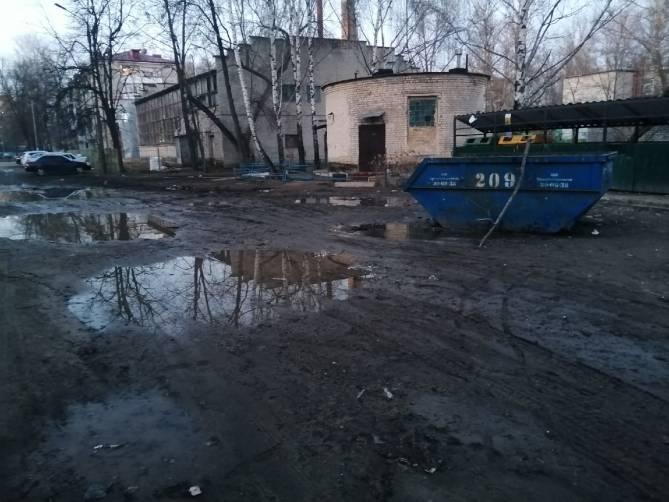 В Брянске на переулке Новозыбковский мусорные баки утонули в грязи