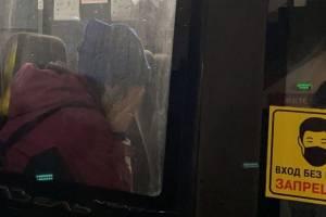 «Я ничего не сделала»: задержанная в Брянске женщина расплакалась в полицейском автобусе