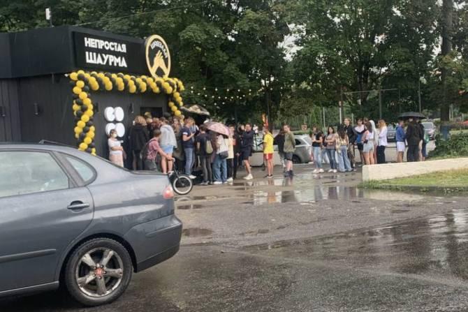 Оголодавшие брянцы выстроились в очередь за бесплатной шаурмой