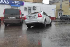 Провалившиеся в яму брянские водители пригрозили судом дорожникам