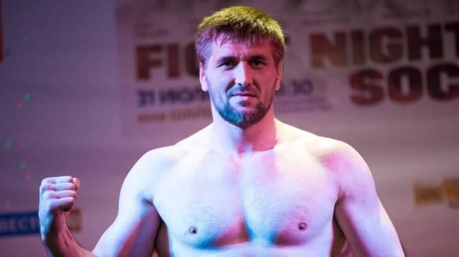 Брянского бойца Минакова обвинили в парковке на газоне и тротуаре