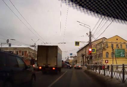 В Брянске на Калинина торопыга на легковушке едва не устроил аварию