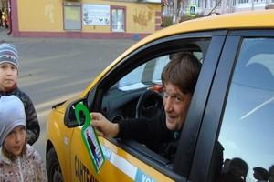 В Брянске школьники обратились к автомобилистам через картонные крючки