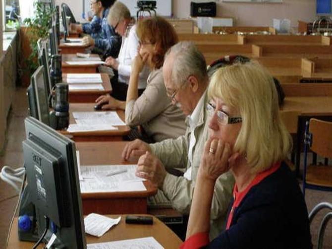 Брянских предпенсионеров обучили компьютерной грамотности и навыкам охраны