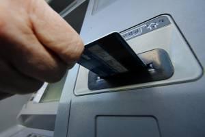 В брянском посёлке Локоть мужчина украл застрявшую в банкомате карту