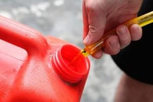 В Брянске неизвестные сливают бензин из машин