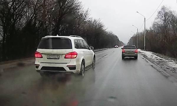 В Брянске на улице Речной сняли на видео лихача на Mercedes