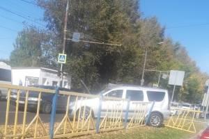 В Брянске у областной больницы легковушка снесла ограждение