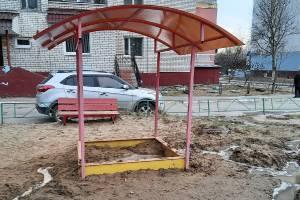 В Брянске на детской площадке разбросали битые стёкла
