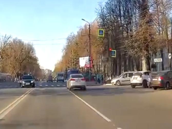 В Брянске сняли на видео проехавшего на красный свет водителя «Kia»