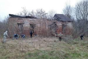 Сотрудники и осужденные суражской колонии провели субботник на усадьбе в Ляличах