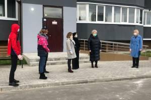 В Брянске новый заместитель мэра вручила ключи от квартир сиротам