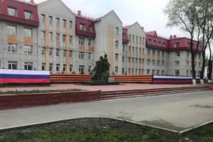 В Брянске вдоль лицея №27 протянули георгиевскую ленту и российский флаг