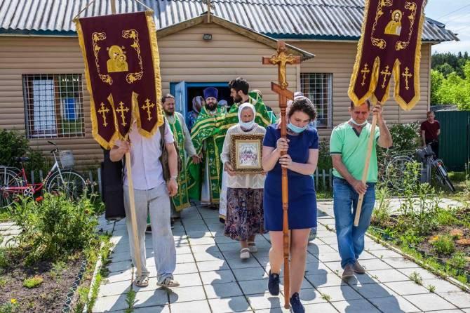 В брянском храме села Стеклянная Радица престольный праздник отметили крестным ходом