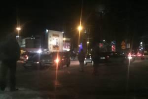 В Брянске возле ТРЦ «БУМ сити» столкнулись два автомобиля