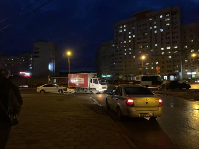 В Брянске на Мясокомбинате столкнулись легковушка и грузовик